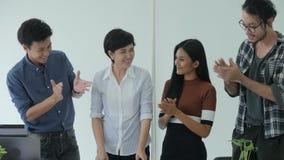 'brainstorming' di riunione del gruppo di affari che divide nuova idea in ufficio moderno video d archivio