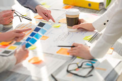 Brainstorming-Geistesblitz-Geschäftsleute Konzept- des Entwurfes Stockbilder
