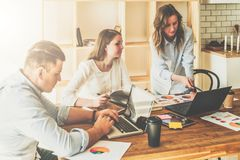 Brainstorming, groepswerk, opstarten De mens gebruikt laptop, meisjes die op het scherm van laptop kijken, businessplan bespreken Stock Foto's