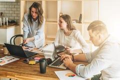Brainstorming, groepswerk, opstarten De mens gebruikt laptop, meisjes die op het scherm van laptop kijken, businessplan bespreken Stock Afbeeldingen