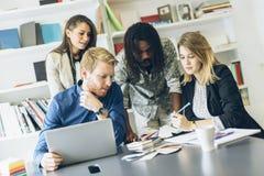 Brainstorming koledzy w biurze Zdjęcie Stock