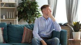 Brainstorming Myśleć Niezobowiązująco Siedzący W Średnim Wieku mężczyzny zbiory wideo