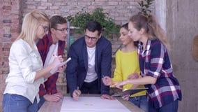 'brainstorming' nell'ufficio moderno, riuscito gruppo lavorante che discute sul progetto di sviluppo di nuove idee di affari su g archivi video
