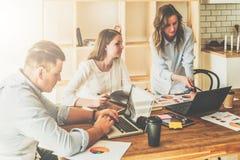 Brainstorming, praca zespołowa, rozpoczęcie Mężczyzna używa laptop, dziewczyny patrzeje na ekranie laptop, dyskutuje plan bizneso Zdjęcia Stock