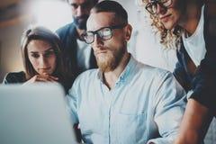 Brainstorming proces przy biurem Młodzi coworkers pracują wpólnie nowożytnego biurowego studio Młodego biznesu drużynowy robić obrazy stock