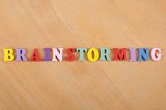 BRAINSTORMING-Wort auf dem hölzernen Hintergrund verfasst von den hölzernen Buchstaben des bunten ABC-Alphabetblockes, Kopienraum Lizenzfreies Stockfoto