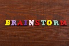 BRAINSTORMING-Wort auf dem hölzernen Hintergrund verfasst von den hölzernen Buchstaben des bunten ABC-Alphabetblockes, Kopienraum Stockbild