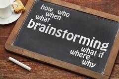 Brainstormingkonzept auf Tafel Stockbilder