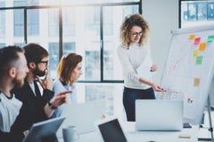 Brainstormingprozeß im Büro Junge Mitarbeiter arbeiten modernes Bürostudio zusammen horizontal Unscharfer Hintergrund geerntet Stockfotografie