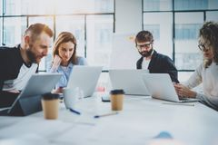 Brainstormingprozeß im Büro Junge Mitarbeiter, die modernes Konferenzzimmer zusammenarbeiten horizontal Unscharfer Hintergrund stockfotos