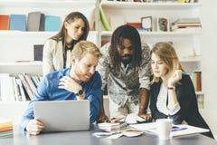 Brainstormingsgebeurtenis tussen collega's op het werk Stock Afbeeldingen