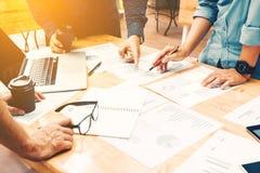Brainstormingteam von den asiatischen Startmitarbeitern, die Arbeit über Schreibtisch erledigen Stockfotografie