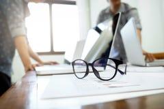 brainstroming分析和见面对plani的起始的企业队 免版税库存图片