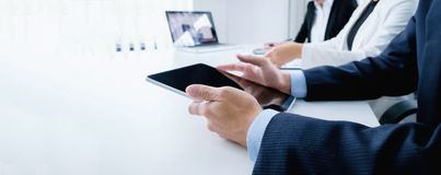 Brainstroming möte för startaffärsmanteamwork som diskuterar p Royaltyfri Foto