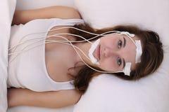 Brainwaves masuring da jovem mulher por exemplo em um laboratório do sono imagens de stock