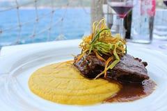 Braised говядина в соусе красного вина с месивом и овощами сладкого картофеля стоковые фотографии rf