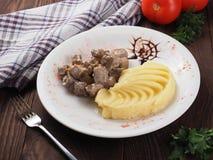 Braised wołowina w kumberlandzie i puree ziemniaczane na białym talerzu obraz royalty free