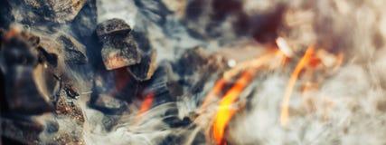 braises activement de combustion lente de barbecue de charbon du feu image stock