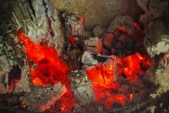 Braises chaudes d'un feu Images stock