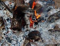 Braises d'un feu brûlant images stock