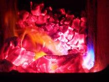 Braises et flammes de bois photo stock