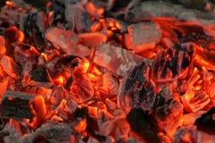 Braises rougeoyantes dans la couleur rouge chaude, fond abstrait image stock