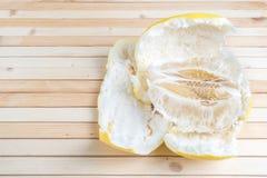 Braja dojrzały egzotyczny owocowy pomelo z łupą na drewnianym tle fotografia royalty free