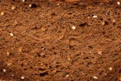 Braja siekający gryczany chleb fotografia stock