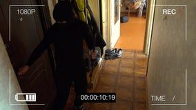Brak de gevangen dief van kabeltelevisie camera met een koevoet in de flat stock videobeelden