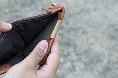 Brak de mens die zijn bruine leerportefeuille zonder geld tonen Stock Foto