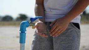 Brak wody i chłopiec na suchej gorącej ziemi zbiory