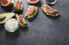 BrakfastHealthy smörgåsar för läcker morgon med nya mogna frukter, ost och svart sesam arkivfoton