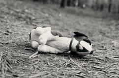 Brakujący dziecko zaniechana zabawka samotność Czarny i biały wizerunek Zdjęcie Royalty Free