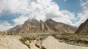 Braldu flodpanorama, Karakorum berg Royaltyfria Bilder
