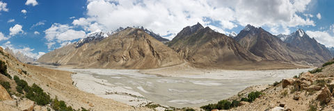 Braldu River Valley Panorama, Karakorum Berge stockfotos