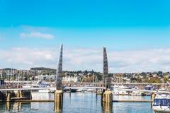 Brama żeglowania marina z zakotwiczającym yachta i łodziami Zdjęcie Royalty Free