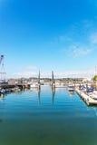 Brama żeglowania marina z zakotwiczającym yachta i łodziami Fotografia Stock