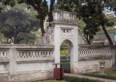 Brama obok Khue Van Pawilon, drugi podwórze, świątynia literatura, Hanoi, Wietnam zdjęcia royalty free