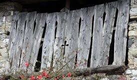 Brama stara stajnia z symbolem krzyż Zdjęcie Stock