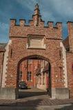 Brama stary niebieskie niebo w Bruges i ceglany dom Obraz Stock