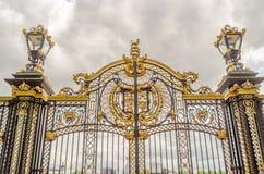 Brama z pozłocistymi ornamentami w buckingham palace, Londyn zdjęcie royalty free