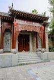 Brama z ulgą Chiński tradycyjny budynek na pogodnym d Zdjęcia Stock