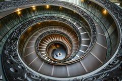 Bramantetrap in de Musea van Vatikaan stock foto's
