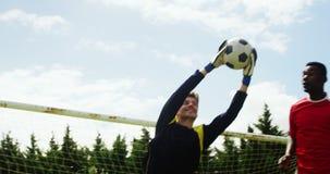 Bramkarz łapie piłki nożnej piłkę zbiory