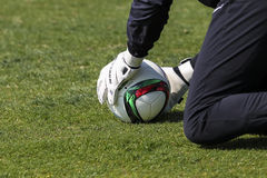 Bramkowy pastuch Paok z piłką w jego rękach podczas drużyny Zdjęcie Stock