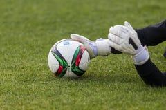 Bramkowy pastuch Paok z piłką w jego rękach podczas drużyny Fotografia Stock