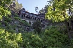 Brana Pravcicka узкая горная порода расположенная в богемской Швейцарии, последний пейзаж весны с растительностью, голубым небом  стоковые изображения