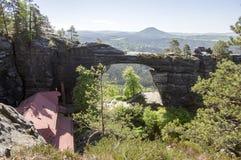 Brana Pravcicka узкая горная порода расположенная в богемской Швейцарии, последний пейзаж весны с растительностью, голубым небом  стоковые фото