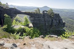 Brana Pravcicka узкая горная порода расположенная в богемской Швейцарии, последний пейзаж весны с растительностью, голубым небом  стоковое фото