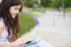 branché Femme de hippie à l'aide de la tablette numérique images stock